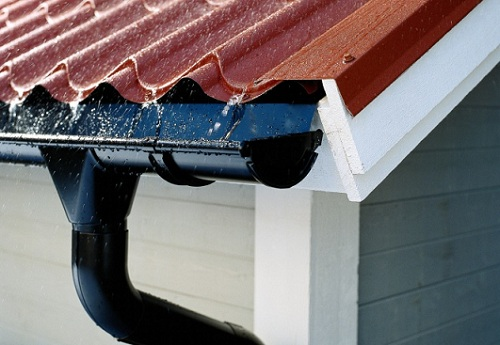 Закрепить водостоки с крыши своими руками