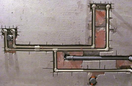 Установка полипропиленовых труб в штробы