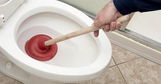 Прочистка унитаза с помощью вантуза